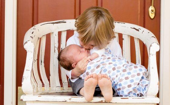 baby geschwister baenkchen tuer