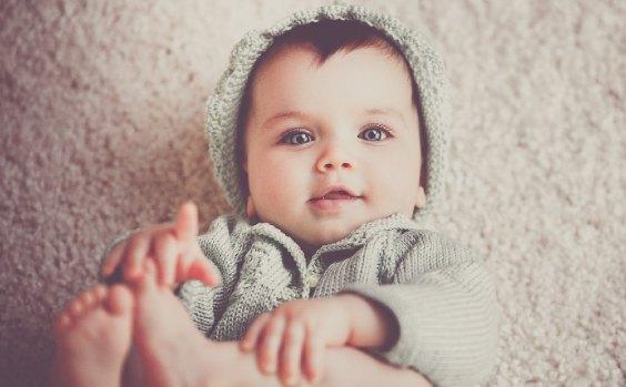 Baby Junge in grauer Jacke