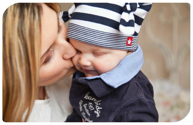 Junge und Mutter
